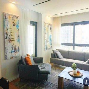 אבסטרקט-שני-ציורים-בסלון-במגדל-בתל-אביב (1)